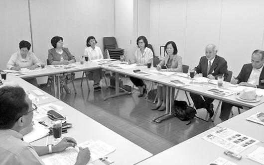 小田急電鉄本社での意見交換。右から3人目はたの君枝衆議院議員、4人目あさか由香党県雇用・子育て相談室長、その左一人おいて井口まみ市会議員。